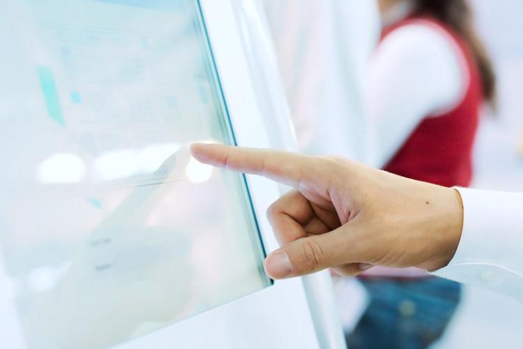 Main qui touche un écran
