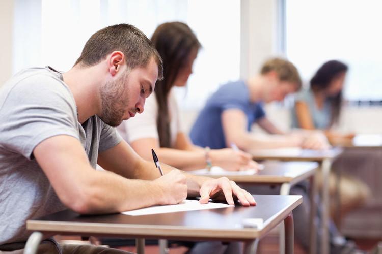Étudiants qui écrivent