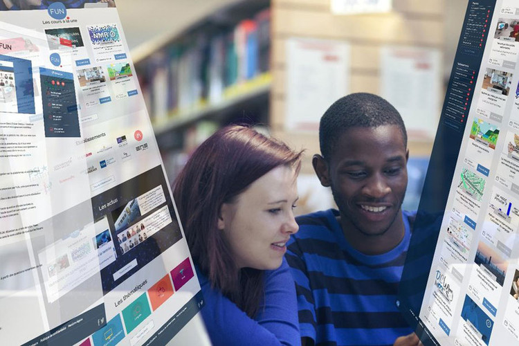 Étudiants qui observent la plateforme FUN-MOOC