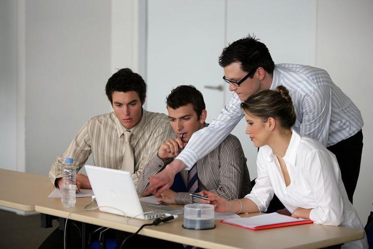 Adultes travaillant sur un ordinateur portable