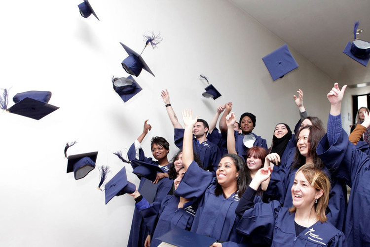 Étudiants qui lancent leur chapeaux