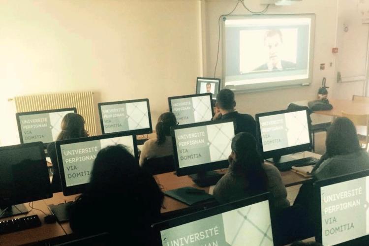 Étudiants devant des ordinateurs