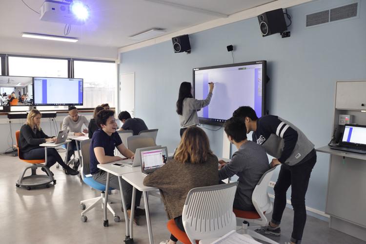 Étudiants dans la salle de créativité de Paris 1 Panthéon-Sorbonne
