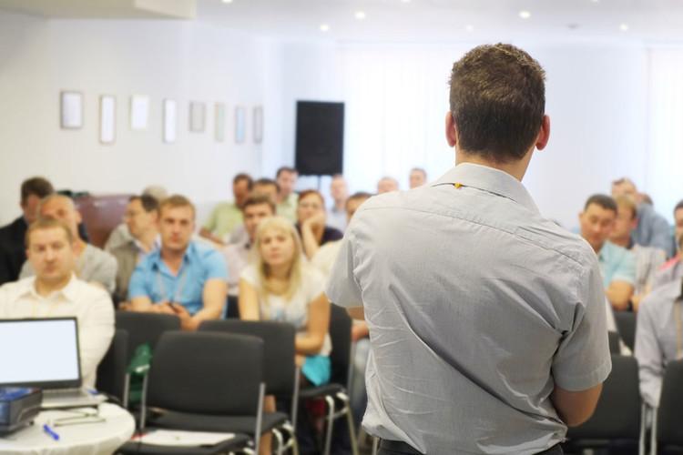 Enseignant qui donne un cours