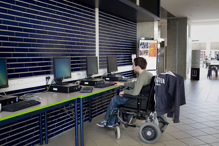 Étudiant en situation de handicap devant un ordinateur